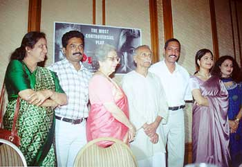 Nana Patekar with Ayesha Jhulka and the Purush team: www.rediff.com/movies/2001/jan/20nana3.htm