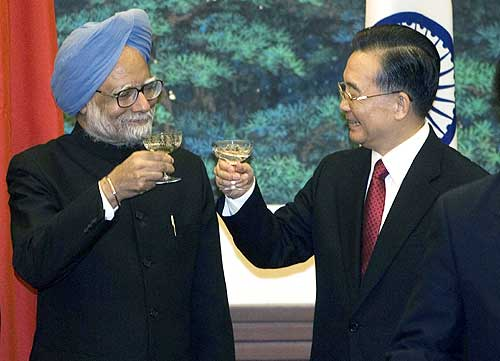 Prime Minister Manmohan Singh and Chinese Premier Wen Jiabao raise a toast. Picture taken in 2008.
