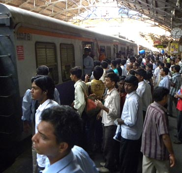 Vijay and others disappear into the Borivali fast train