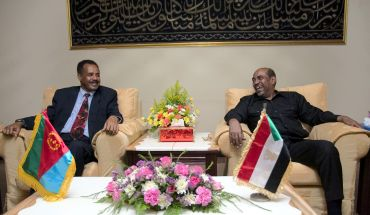 Sudan President Omar Hassan al-Bashir with the Eritrea's president Isaias Afewerki (L)