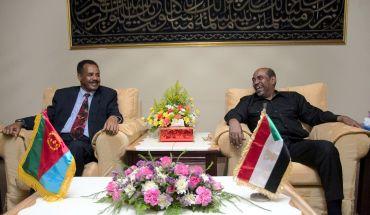 Sudan President Omar Hassan al-Bashir with the Eritrea's president Isaias Afewerki (L)