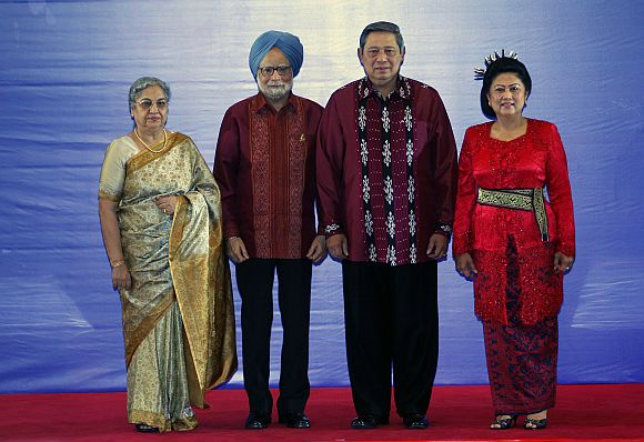 Prime Minister Manmohan Singh and his wife Gursharan Kaur pose for a photo with Indonesia's President Susilo Bambang Yudhoyono and his wife Kristiani Yudhoyono before the East Asia Summit gala dinner in Nusa Dua, Bali, on Friday.