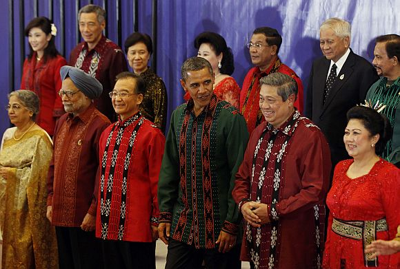 US President Obama, flanked by Chinese Premier Wen Jiabao and Indonesian President Susilo Bambang Yudhoyono, poses with other East Asia Summit leaders before a gala dinner in Bali
