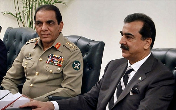 Pakistan Army chief Gen Ashfaq Parvez Kayani with PM Yousuf Raza Gilani