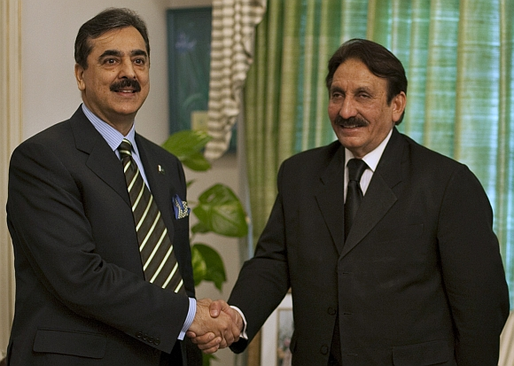 Gilani shakes hands with Chief Justice Iftikhar Mohammad Chaudhury