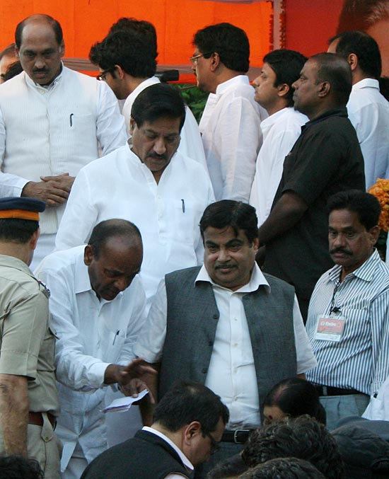 BJP president Nitin Gadkari and Maharashtra CM Prithviraj Chavan at Shivaji Park on Sunday