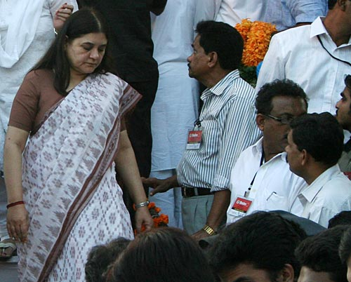 BJP leader Maneka Gandhi steps down after paying her last respects to Bal Thackeray on Sunday