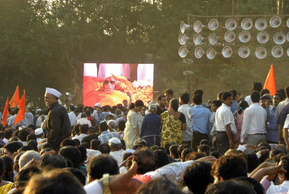 Sainiks strive for final glimpse of 'Balasaheb'